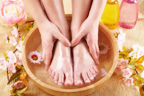 Как убрать запах из обуви в домашних условиях. Как избавиться от запаха пота в обуви: боремся с потливостью ног