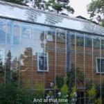 Супруги из швеции накрыли свой дом огромной теплицей.