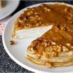 Блинный торт из бананов с йогуртом и глазурью из грецкого ореха.