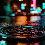 Ламповая эстетика улиц после дождя в атмосферных кадрах фотографа.