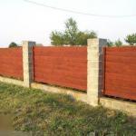Как построить недорогой забор из необрезной доски.