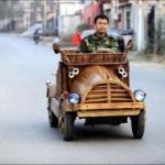 Китаец себе деревянный электромобиль запилил.